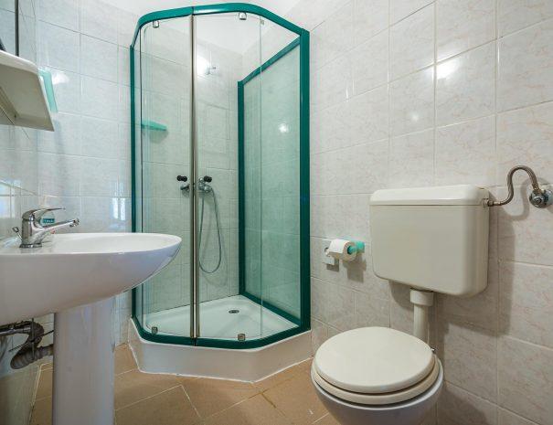 soba-zajednicka-kupaonica-wc
